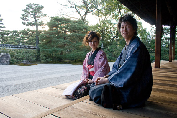 Japanese-couple-sitting-tradition-cloth